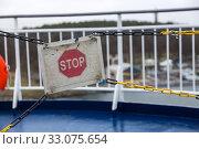 Купить «Запрещающий знак СТОП перед ограждением на морском судне», фото № 33075654, снято 16 января 2020 г. (c) V.Ivantsov / Фотобанк Лори