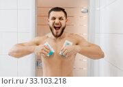 Screaming man removes chest hair, depilation. Стоковое фото, фотограф Tryapitsyn Sergiy / Фотобанк Лори