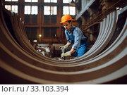 Купить «Worker removes scale from metal workpieces», фото № 33103394, снято 31 января 2020 г. (c) Tryapitsyn Sergiy / Фотобанк Лори