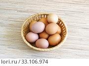 Свежие яйца в плетеной корзинке. Природная цветовая гамма. Стоковое фото, фотограф Наталья Гармашева / Фотобанк Лори