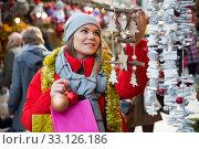 Купить «Young female teen customer with Christmas gifts», фото № 33126186, снято 1 декабря 2018 г. (c) Яков Филимонов / Фотобанк Лори