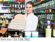 Купить «Saleswoman showing perfume in shop», фото № 33126362, снято 24 апреля 2018 г. (c) Яков Филимонов / Фотобанк Лори