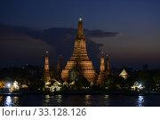 Купить «Der Wat Arun Tempel in der Stadt Bangkok in Thailand in Suedostasien.», фото № 33128126, снято 28 мая 2020 г. (c) PantherMedia / Фотобанк Лори