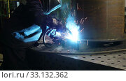 Купить «Medium tracking shot of metalworker in safety mask and gloves using welding torch to join sides of metal construction standing at workbench in shop», видеоролик № 33132362, снято 16 февраля 2020 г. (c) Алексей Кузнецов / Фотобанк Лори