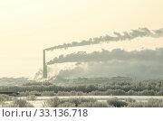 Купить «Огромный завод. Дым из труб. Фабрика на фоне природы», фото № 33136718, снято 30 января 2020 г. (c) Яковлев Сергей / Фотобанк Лори