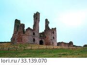 Ruin of Dunstanburgh castle Northumberland UL. Стоковое фото, фотограф Zoonar.com/Vichaya Kiatying-Angsulee / easy Fotostock / Фотобанк Лори