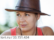 Купить «Женщина в ковбойской кожаной шляпе, портрет», фото № 33151434, снято 31 июля 2014 г. (c) Кекяляйнен Андрей / Фотобанк Лори