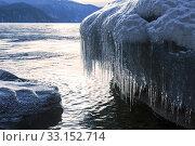 Купить «Scenic icing boulders on the shore of lake Teletskoye in winter», фото № 33152714, снято 31 января 2020 г. (c) Наталья Волкова / Фотобанк Лори