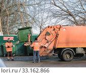 Купить «Улыбнись чистому городу- погрузка и вывоз мусора мусороуборочной компанией.Краснодар 02.2020.», фото № 33162866, снято 13 февраля 2020 г. (c) Игорь Тарасов / Фотобанк Лори