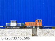 Купить «shunting locomotive in front of the blue facade», фото № 33166506, снято 4 июля 2020 г. (c) PantherMedia / Фотобанк Лори