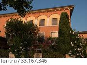 italian house in Torri del Benaco in the sunset. Стоковое фото, фотограф Jürgen Hüls / PantherMedia / Фотобанк Лори