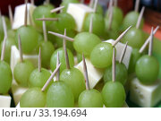 finger food: grapes and cheese skewers. Стоковое фото, фотограф Hannah Wander / PantherMedia / Фотобанк Лори