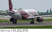 Купить «Fly Arystan Airbus 320 braking», видеоролик № 33202878, снято 4 мая 2019 г. (c) Игорь Жоров / Фотобанк Лори