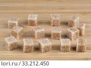 Кусочки тростникового сахара на деревянной доске. Стоковое фото, фотограф Игорь Долгов / Фотобанк Лори