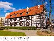 Купить «Bydgoszcz, Kujavian-Pomeranian / Poland - 2019/04/01: White Granary housing the Archeological Museum, on the Mill Island in the historic old town quarter», фото № 33221930, снято 25 мая 2020 г. (c) age Fotostock / Фотобанк Лори