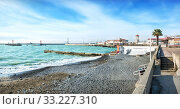 Купить «Море и граффити Emerald Sea in Sochi and graffiti», фото № 33227310, снято 20 января 2018 г. (c) Baturina Yuliya / Фотобанк Лори