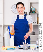 Купить «Young and smiling woman cleaning room», фото № 33227594, снято 2 июня 2017 г. (c) Яков Филимонов / Фотобанк Лори