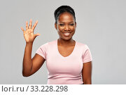 Купить «happy african american woman showing five fingers», фото № 33228298, снято 26 января 2020 г. (c) Syda Productions / Фотобанк Лори