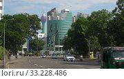На городской улице современного Коломбо. Шри-Ланка. Редакционное видео, видеограф Виктор Карасев / Фотобанк Лори