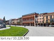 Prato della Valle square in Padua with Amulea Loggia, Italy, Veneto (2017 год). Стоковое фото, фотограф Наталья Волкова / Фотобанк Лори
