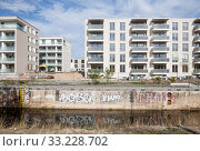 New construction of residential buildings at Lindenauer Hafen in Leipzig-Lindenau (2018 год). Редакционное фото, агентство Caro Photoagency / Фотобанк Лори