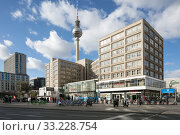 House Alexander and television tower at Alexanderplatz in Berlin-Mitte (2018 год). Редакционное фото, агентство Caro Photoagency / Фотобанк Лори