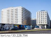 Купить «New construction of residential building and Hotel Schulz at the East-Side-Gallery in Muehlenstrasse in Berlin-Friedrichshain», фото № 33228794, снято 6 ноября 2018 г. (c) Caro Photoagency / Фотобанк Лори