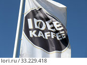 Hamburg, Germany, flag of IDEE Kaffee (2019 год). Редакционное фото, агентство Caro Photoagency / Фотобанк Лори