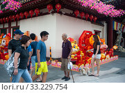 Singapore, Republic of Singapore, people in front of the Buddha Tooth Relic Temple in Chinatown. Редакционное фото, агентство Caro Photoagency / Фотобанк Лори