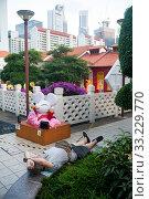 Купить «Singapore, Republic of Singapore, man sleeping in a small park in Chinatown», фото № 33229770, снято 23 января 2020 г. (c) Caro Photoagency / Фотобанк Лори
