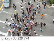 Купить «Singapore, Republic of Singapore, Pedestrians crossing a street in Chinatown», фото № 33229774, снято 23 января 2020 г. (c) Caro Photoagency / Фотобанк Лори