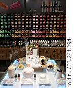 Aromatherapy products at Khemist store, Hong Kong (2019 год). Редакционное фото, фотограф Александр Подшивалов / Фотобанк Лори