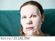 Купить «Rejuvenating mask which fits tightly to chin, cheeks, forehead and nose around mouth and green eyes, female face during skin care procedure», фото № 33242950, снято 15 февраля 2020 г. (c) Кекяляйнен Андрей / Фотобанк Лори