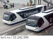 Купить «Shuttle buses for passengers delivery to aircraft are on runway of Koltsovo International Airport. Екатеринбург», фото № 33242990, снято 11 июля 2015 г. (c) Кекяляйнен Андрей / Фотобанк Лори