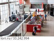 Entrance and main hall of Koltsovo International Airport. Baggage-clearance system is on entry. It is the largest airport in Sverdlovsk Oblast. Екатеринбург (2015 год). Редакционное фото, фотограф Кекяляйнен Андрей / Фотобанк Лори