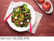 Купить «Green salad on plate», фото № 33255978, снято 12 июля 2020 г. (c) PantherMedia / Фотобанк Лори