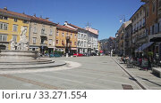 View of Victory Square (Piazza della Vittoria), central square of Gorizia with Neptune Fountain and colored buildings on sunny day, Italy (2019 год). Редакционное видео, видеограф Яков Филимонов / Фотобанк Лори