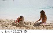 Купить «Two little happy girls have a lot of fun at tropical beach playing together», видеоролик № 33279154, снято 27 февраля 2020 г. (c) Дмитрий Травников / Фотобанк Лори