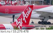 Купить «Uploading cargo onboard the aircraft», видеоролик № 33279478, снято 28 ноября 2019 г. (c) Игорь Жоров / Фотобанк Лори