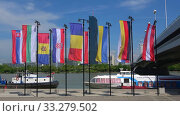 Купить «Флаги городов и стран Шенгенского договора на фоне Дуная. Вена, Австрия», видеоролик № 33279502, снято 28 апреля 2018 г. (c) Виктор Карасев / Фотобанк Лори