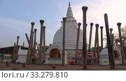 Купить «У ступы древней дагобы Тхупарама. Анурадхапура, Шри-Ланка», видеоролик № 33279810, снято 6 февраля 2020 г. (c) Виктор Карасев / Фотобанк Лори