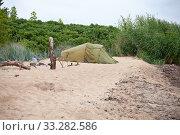 Купить «Туристическая палатка на побережье Балтийского моря в Эстонии», фото № 33282586, снято 5 июля 2018 г. (c) Victoria Demidova / Фотобанк Лори