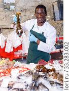 Купить «Salesman proposing fresh lobster», фото № 33283002, снято 17 октября 2018 г. (c) Яков Филимонов / Фотобанк Лори