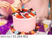 Купить «Children on a holiday of a birthday sort jewelry from cake. A close up, hands at cake», фото № 33284402, снято 22 февраля 2019 г. (c) Екатерина Кузнецова / Фотобанк Лори