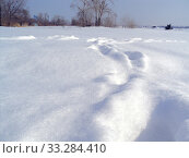 Купить «Snowy winter landscape on the banks of a frozen river. A lot of snow and tall white snowdrifts of snow.», фото № 33284410, снято 4 июля 2020 г. (c) Екатерина Кузнецова / Фотобанк Лори