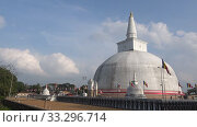 У дагобы Ruwanweli Maha Seya. Анурадхапура, Шри-Ланка (2020 год). Стоковое видео, видеограф Виктор Карасев / Фотобанк Лори