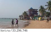 "Вид на ресторан ""Дельфин"" на берегу Индийского океана. Хиккадува, Шри-Ланка. Редакционное видео, видеограф Виктор Карасев / Фотобанк Лори"