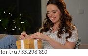 Купить «happy smiling pregnant woman with gift box at home», видеоролик № 33298890, снято 8 февраля 2020 г. (c) Syda Productions / Фотобанк Лори