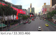Купить «Вечер на улице Ratchadamri Road. Бангкок, Таиланд», видеоролик № 33303466, снято 2 января 2019 г. (c) Виктор Карасев / Фотобанк Лори