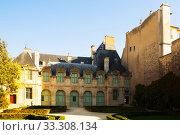 Купить «Hotel de Sully (Jardin de Hotel de Sully)», фото № 33308134, снято 10 октября 2018 г. (c) Яков Филимонов / Фотобанк Лори